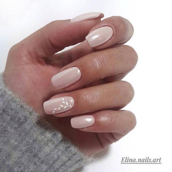 Модный дизайн ногтей в светлых тонах осени